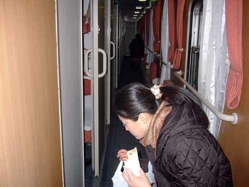 快速寝台列車の通路 © 有限会社田中印刷所