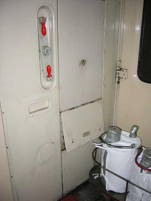 快速寝台列車のドア付近 © 有限会社田中印刷所