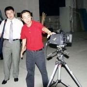 ハッセルブラッドデジタルパック付きカメラの前の孫社長(影天印刷有限公司)