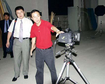 ハッセルブラッドデジタルパック付きカメラの前の孫社長(影天印刷有限公司) © 有限会社田中印刷所
