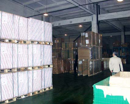 日本のように印刷用紙がジャストインタイムで入荷しないため、紙の在庫は多い。(西口印刷有限公司) © 有限会社田中印刷所