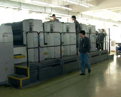 ローランド700菊全5色機600グラムの紙厚まで印刷可能(海大印刷有限公司) © 有限会社田中印刷所