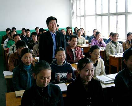 自己紹介風景。2ヶ月でもかなり上手い。中国大連国際合作(集団) © 有限会社田中印刷所