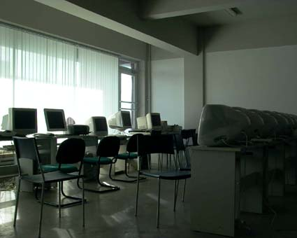 Macが並んだ教室。それでもMacが足りない。 © 有限会社田中印刷所