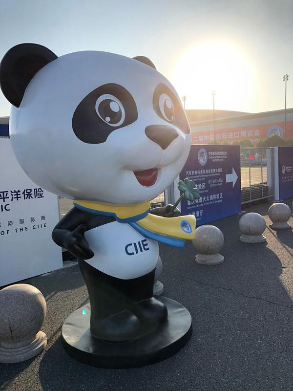 エントランスでパンダがお迎えしてくれました © 有限会社田中印刷所